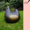 grote kip zwart voor in de tuin keramiek